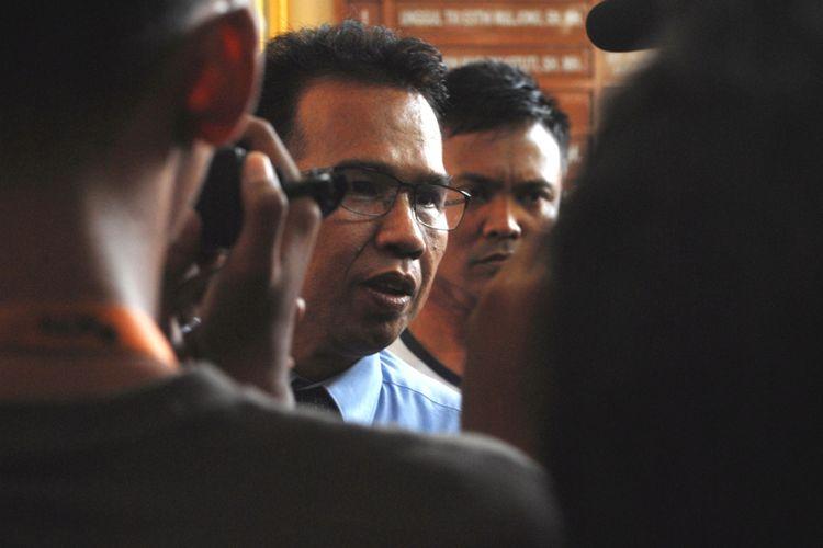Tenaga Ahli Utama, Kantor Kepala Staf Kepresidenan RI, Ifdhal Kasim saat dimintai keterangan wartawan usai sidang vonis terdakwa Bambang Tri Mulyono, Pengarang Buku Jokowi Undercover di Pengadilan Negeri Blora, Jawa Tengah, Senin (29/5/2017)