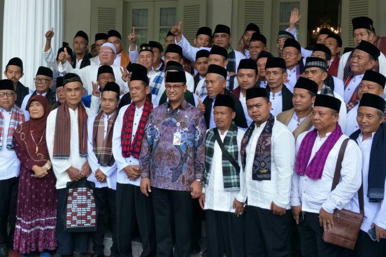 Gubernur DKI Jakarta Anies Baswedan bersama marbot masjid yang akan berangkat umroh di Balai Kota DKI Jakarta, Kamis (7/12/2017).