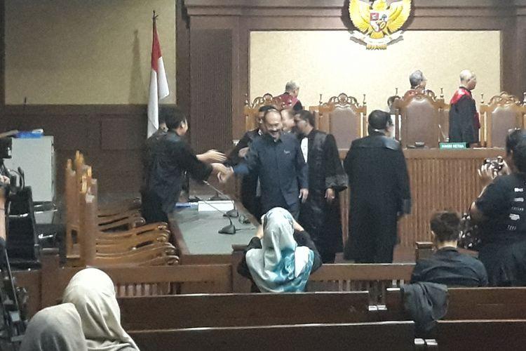 Fredrich Yunadi menjabat tangan jaksa KPK di Pengadilan Tipikor Jakarta, Jumat (22/6/2018).