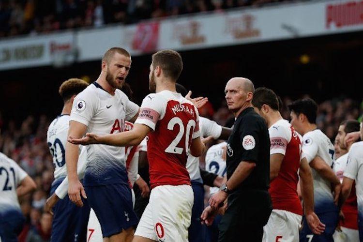 Eric Dier dan Shkodran Mustafi terlibat friksi saat duel Arsenal vs Tottenham Hotspur dalam partai lanjutan Liga Inggris bertajuk Derbi London Utara di Stadion Emirates, 2 Desember 2018.