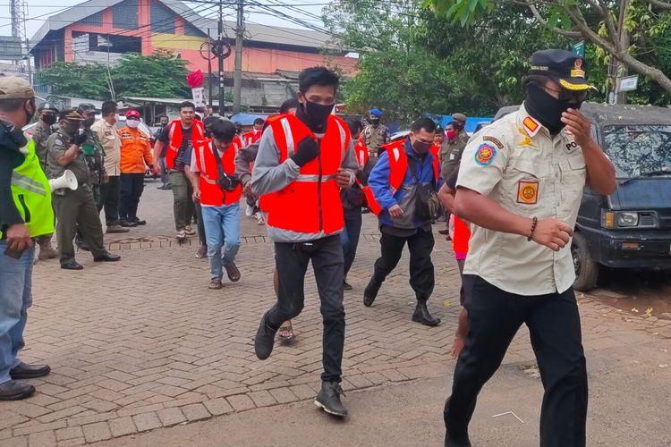 Sejumlah warga dihukum berlari oleh petugas Satpol PP Tangerang Selatan karena tidak menggunakan masker, Rabu (16/9/2020)