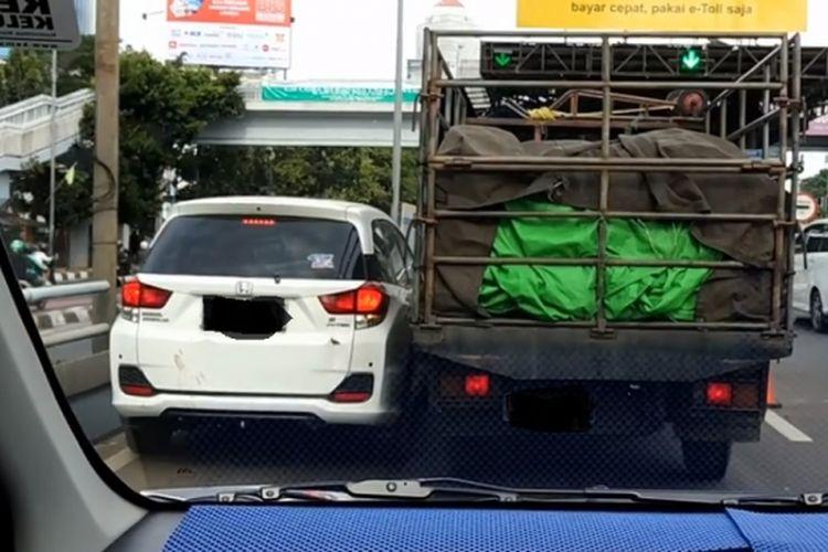 Video sebuah mobil berebut jalur dengan truk di tol dalam kota
