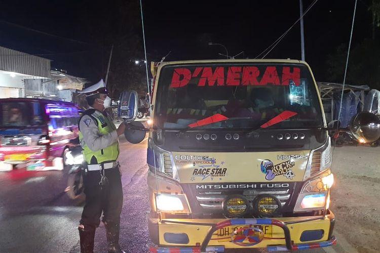 Foto  petugas melakukan pengawasan pelaksanaan PPKM level 4  Covid 19 di wilayah Kota Kupang Selasa (27/7/2021). Sejumlah kendaraan diperiksa