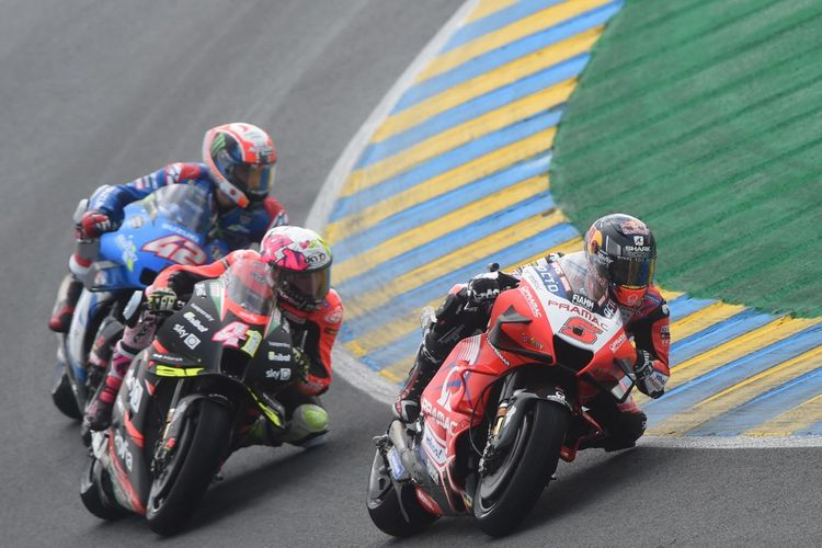 Aleix Espargaro saat balapan pada MotoGP Prancis 2021. (Photo by JEAN-FRANCOIS MONIER / AFP)