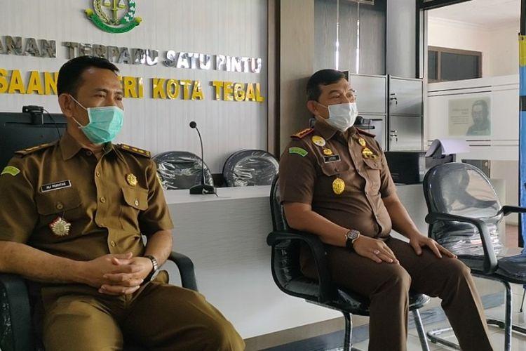Kepala Kejari Tegal Jasri Umar (kanan) didampingi Kasi Intel Ali Mukhtar menggelar konferensi pers perkembangan empat kasus dugaan korupsi, di kantor kejaksaan setempat, Kamis (17/2/2021)