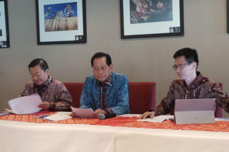 Konferensi pers direksi Bank BCA mengenai operasional ATM akibat gangguan satelit Telkom 1, di Menara BCA, Jakarta Pusat, Senin (28/8/2017). Di dalam foto itu ada Jahja Setiaatmadja sebagai Presiden Direktur BCA (tengah).