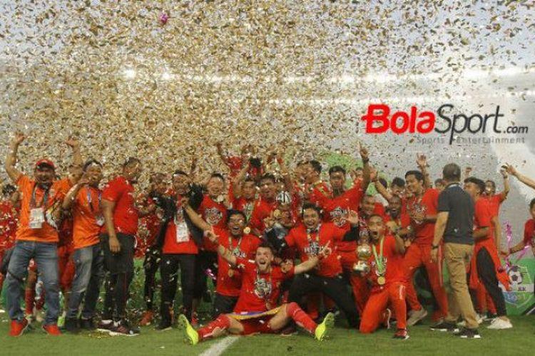 Para pemain Persija Jakarta merayakan gelar juara Liga 1 2018 di Stadion Utama Gelora Bung Karno, 9 Desember 2018.