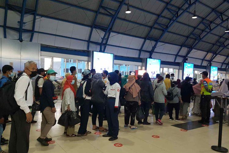 Lonjakan penumpang di Stasiun Palmerah, Senin (3/5/2021).