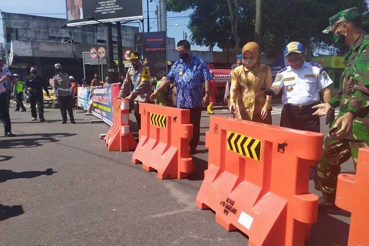 Wali Kota Magelang Sigit Widyonindito (batik biru) beserta jajarannya membuka barikade jalan protokol Kota Magelang, Rabu (10/6/2020).