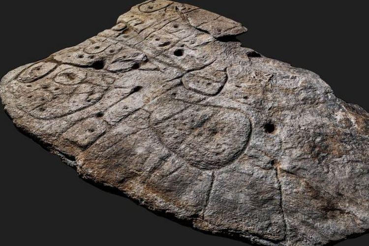 Lempengan batu memperlihatkan adanya pola ukiran. Ini adalah rupa peta 3D yang berusia 4.000 tahun, ditemukan di Perancis.