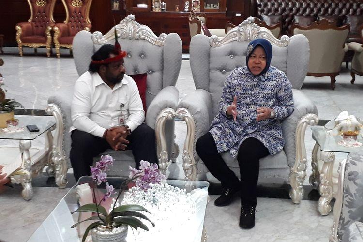Wali Kota Surabaya Tri Rismaharini saat menerima kunjungan Staf Khusus Presiden Lenis Kogoya di rumah dinas wali kota, Jalan Sedap Malam, Surabaya, Jawa Timur, Selasa (20/8/2019).