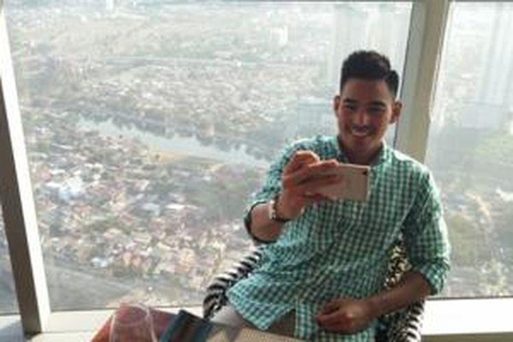 Robby Purba sering berfoto selfie dengan ponsel R7-nya.
