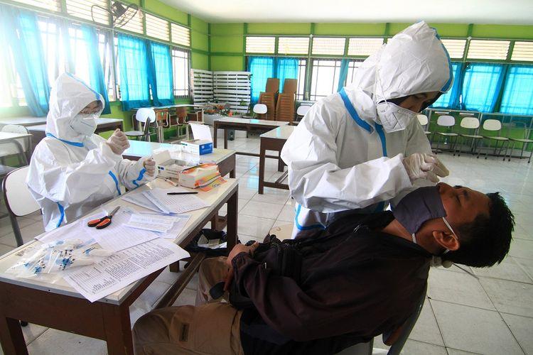 Petugas kesehatan melakukan tes usap (swab test) terhadap guru di SMUN 4 Pontianak, Kalimantan Barat, Sabtu (1/8/2020). Dinas Kesehatan Provinsi Kalbar melakukan tes diagnostik cepat (rapid test) terhadap siswa kelas XII serta tes usap (swab test) terhadap guru dan pegawai sekolah di sekolah tersebut untuk mempersiapkan lingkungan belajar bebas COVID-19. ANTARA FOTO/Jessica Helena Wuysang/hp.