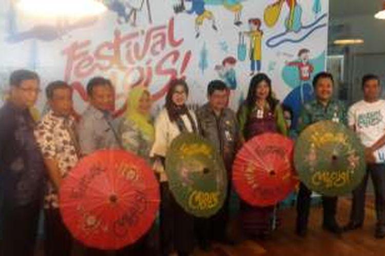 Kepala Dinas Perindustrian dan Perdagangan Kota Malang Tri Widyani (tengah) usai pembukaan Festival Mbois di Kota Malang, Kamis (3/11/2016)