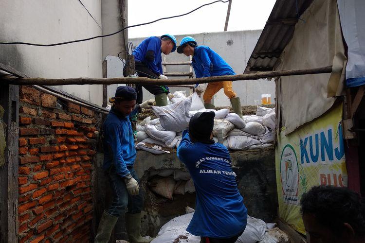 Kondisi tanggul di Kampung Luar Batang terus diperbaiki dinas terkait, Selasa (14/11/2017). Personel Sumber Daya Air terus melakukan perbaikan di tanggul yang bocor