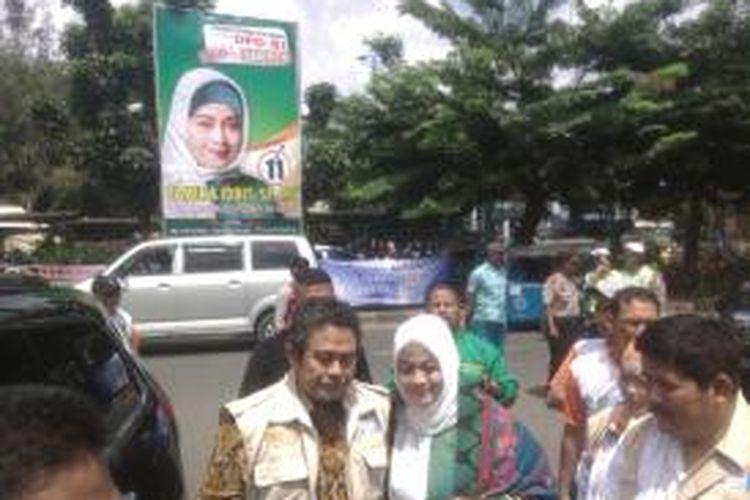 Calon anggota DPD RI Dapil DKI Jakarta, Fahira Idris (kanan) dan ayahnya, Fahmi Idris (kiri), menggelar kampanye di GOR Planet, Jakarta Pusat, Sabtu (22/3/2014)