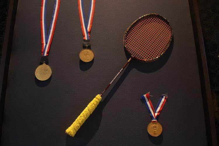 Raihan medali kejuaraan bulutangkis serta raket milik Alan Budikusuma yang dipamerkan di Main Lobby Hotel Indonesia Kempinski, Jakarta dalam acara Remarkable Sports dan Heritage Photo Exhibition