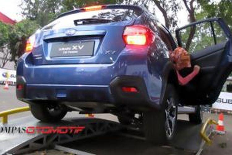 Menengok: Penumpang dalam Subaru AWD Challange memastikan bahwa ban terangkat satu, namun mobil tetap nyaman dan mudah dikendalikan.