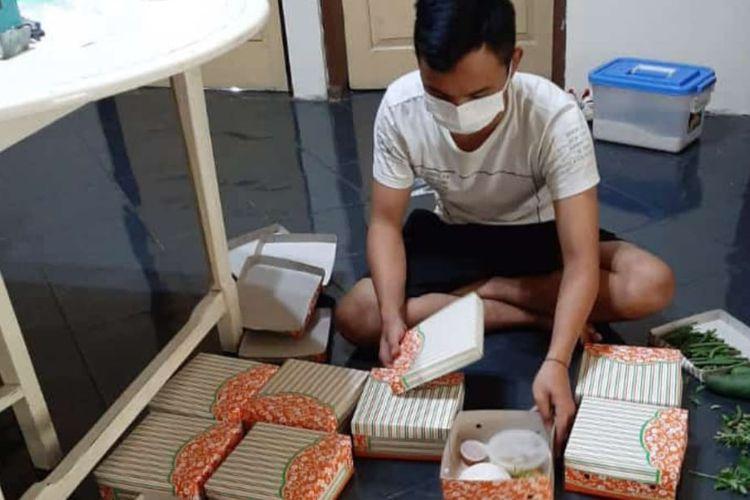 Karyawan Resto Kalahari di Gunungkidul, Daerah Istimewa Yogyakarta, membungkus makanan untuk pasien Covid-19 yang sedang isolasi mandiri.