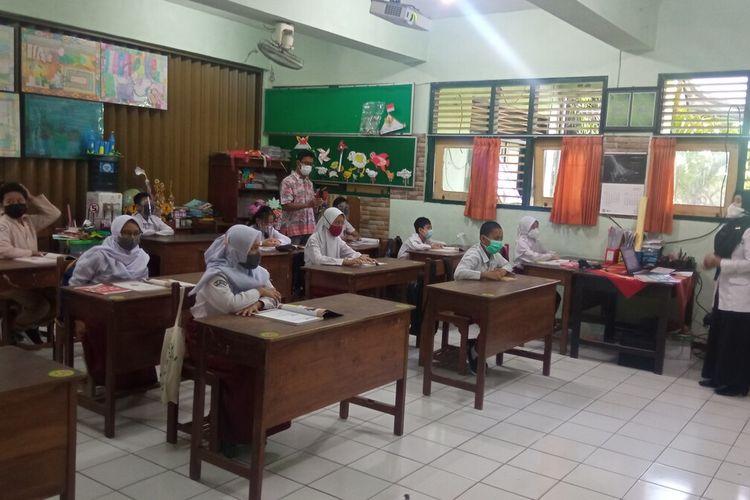 Suasana uji coba PTM hari pertama tingkat SD di Kota Yogyakarta di SD serayu, Rabu (28/4/2021)