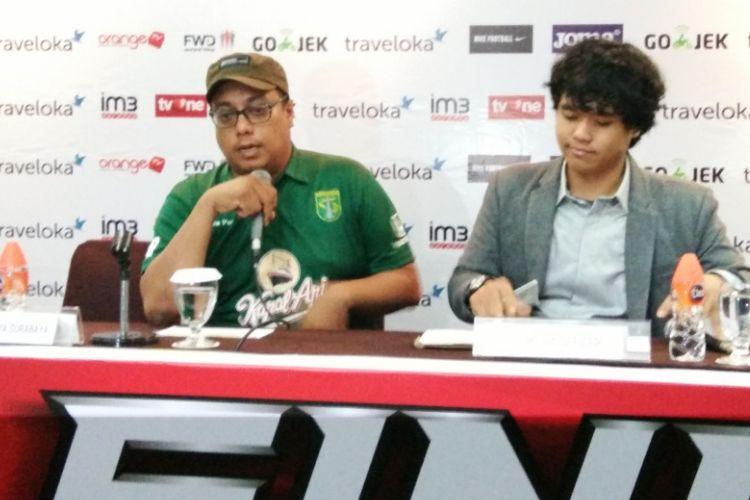 Asisten Manajer Persebaya Surabaya Chairul Basalamah saat hadir dalam sesi jumpa pers jelang laga semifinal Liga 2 di Hotel Horison, Bandung, Jumat (24/11/2017).