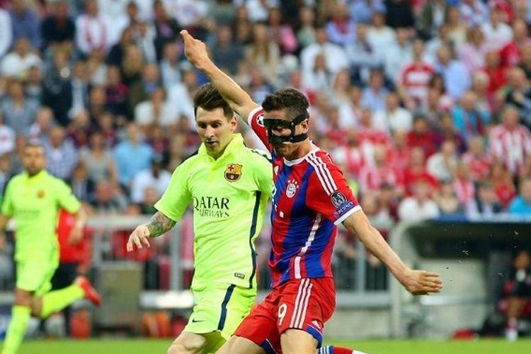 Lionel Messi (kanan) berebut bola dengan Robert Lewandowski dalam laga Bayern Muenchen vs Barcelona pada semifinal Liga Champions 2014-2015 yang digelar di Stadion Allianz Arena, 12 Mei 2015.