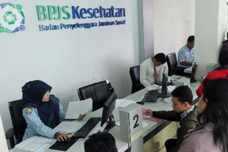 Warga menunggu giliran untuk mendapatkan pelayanan Badan Penyelenggara Jaminan Sosial (BPJS) di Kantor BPJS Kesehatan di Pontianak, beberapa waktu lalu.