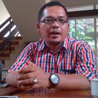 Direktur LBH Bandung Arip Yogiawan saat memberikan penjelasan kepada wartawan soal penangguhan penahanan tiga petani Desa Sukamulya, Majalengka, di Kantor LBH Bandung, Jalan Sidomulyo, Kamis (24/11/2016). KOMPAS.com/DENDI RAMDHANI