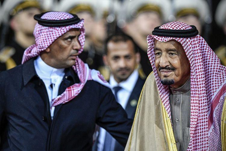 Jenderal Abelaziz al-Fagham (kiri), saat bertugas mengawal Raja Arab Saudi Salman bin Abdulaziz.(AFP / ALEXANDER NEMENOV)