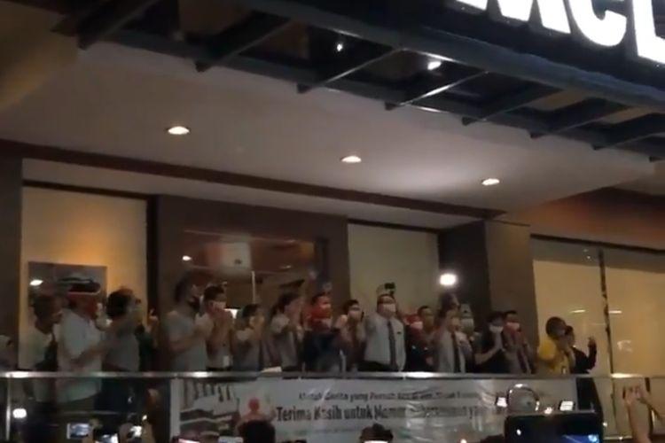 Tangkapan layar video suasana proses penutupan McDonalds Sarinah, Thamrin Jakarta Pusat , Minggu (10/5/2020) malam.