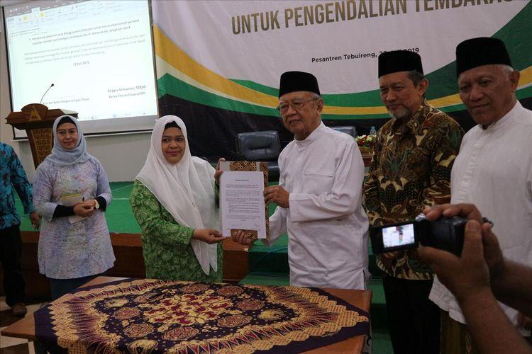 Pengasuh Pesantren Tebuireng Jombang Jawa Timur, KH. Salahuddin Wahid (Gus Sholah), bersama ketua PW Fatayat NU Jawa Timur, menandatangi naskah deklarasi dukungan terhadap upaya pengendalian konsumsi rokok, di Pesantren Tebuireng, Sabtu (20/7/2019).