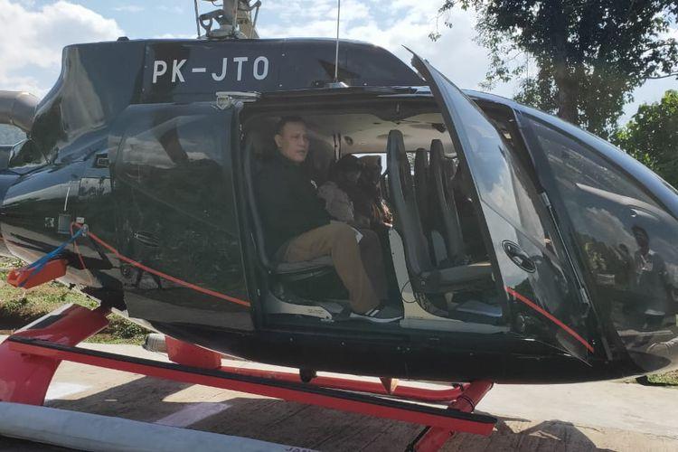 Ketua KPK Firli Bahuri menumpangi helikopter dalam perjalanannya di Sumatera Selatan, Sabtu (20/6/2020).