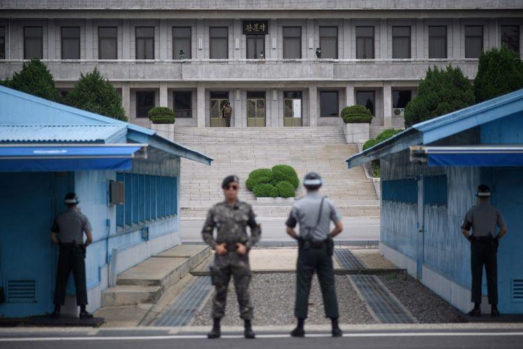 Tentara Korea Selatan dan Korea Utara berdiri di sisi masing-masing di Desa Panmunjom.