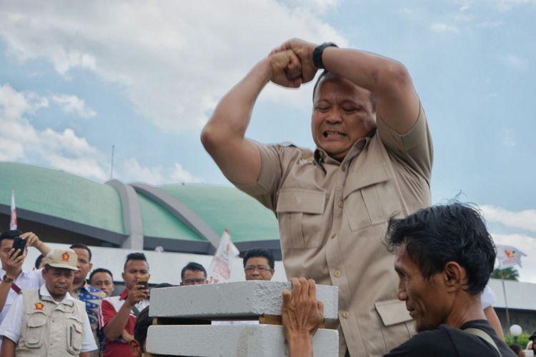 Ketua Fraksi Gerindra di DPR Edhy Prabowo menunjukkan keahliannya dalam olahraga pencak silat saat perayaan ulang tahun ke 11 Partai Gerindra di Kompleks Parlemen Senayan, Jakarta, Senin (11/2/2019).