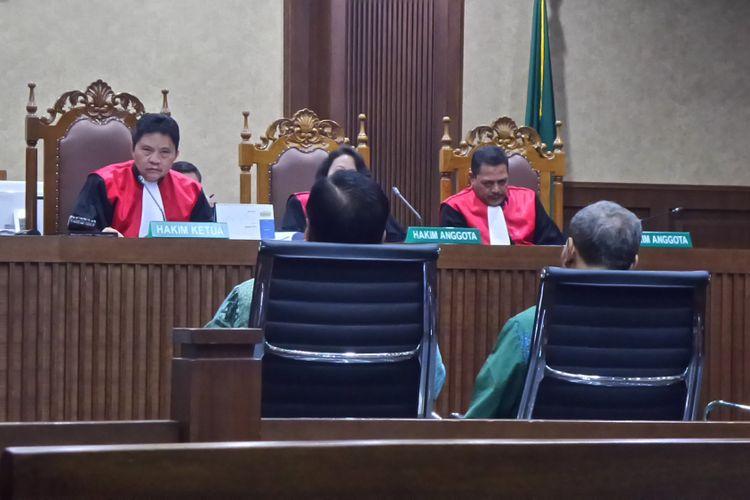 Dua mantan pejabat Kemendagri, Irman dan Sugiharto bersaksi dalam persidangan kasus pemberian keterangan palsu dengan terdakwa Miryam S Haryani di Pengadilan Tipikor Jakarta, Senin (28/8/2017).