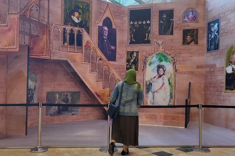 Pengunjung memandangi instalasi selasar tangga sekolah Harry Potter, Mal Taman Anggrek Jakarta, Kamis (28/11/2019).