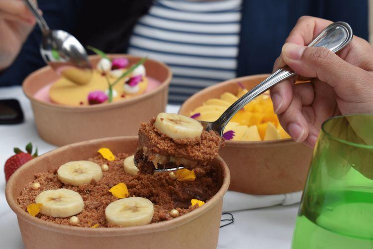 Koleksi dessert untuk layanan Gourmet 2 Go dari restoran Palm Court dan Alto di Four Seasons Jakarta