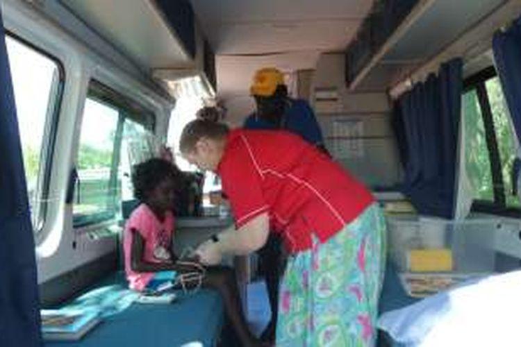 Cynthia Anderson, Child and Family Health Nurse dari Yirrkala Clinic, tengah memeriksa bocah Catherine dalam perjalanan Outreach Team untuk memeriksa kesehatan orang dewasa dan anak-anak dari suku Yolngu. Program ini dijalankan oleh Miwatj Health Aboriginal Corporation.