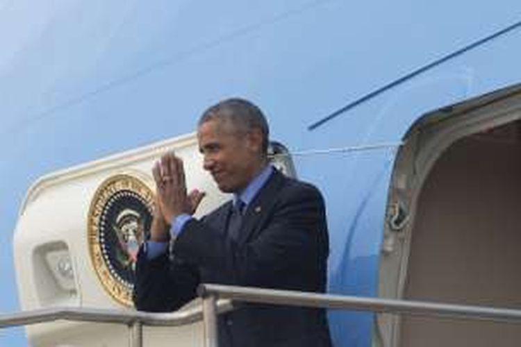 Presiden AS berpamitan saat hendak masuk ke dalam pesawat Airforce One dan terbang meninggalkan Laos.