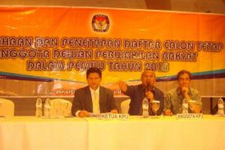 Ketua Komisi Pemilihan Umum (KPU) Husni Kamil Manik (kiri), Komisioner KPU Arief Budiman (tengah) dan Hadar Nafis Gumay (kanan) saat pengumuman Daftar Calon Tetap (DCT) DPR, Kamis (23/8/2013).