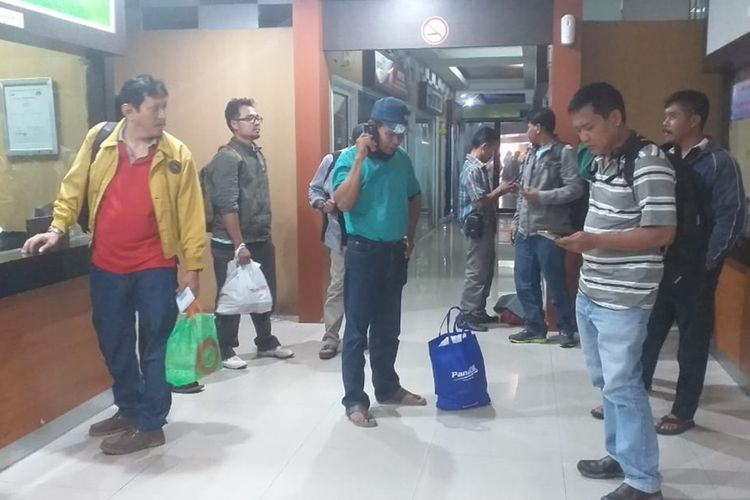 Sejumlah penumpang pesawat Citilink tujuan Pontianak, yang tertunda terbang akibat kabut asap, melakukan refund tiket penerbangan di Bandara Internasional SSK II Pekanbaru, Riau, Minggu (22/9/2019).