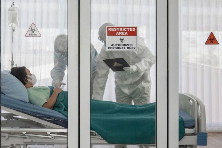 Ilustrasi petugas medis gunakan pakaian hazmat penanganan pasien Covid-19.