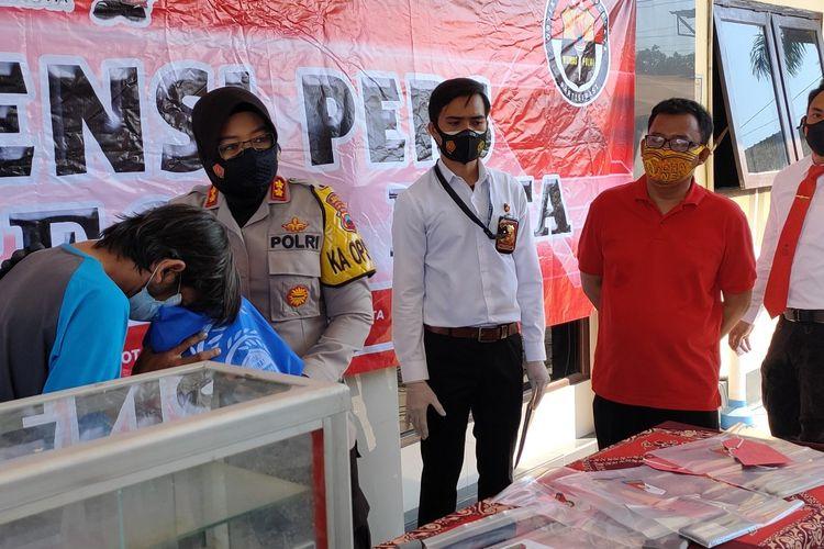 Kapolres Tegal Kota AKBP Rita Wulandari memberikan bantuan sembako ke driver ojol yang mencuri etalase rokok disaksikan korbannya (baju merah) dalam konferensi pers ungkap kasus, di Mapolres Tegal Kota, Senin (26/7/2021).