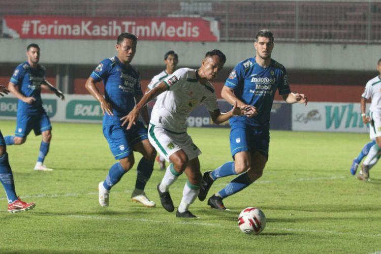 Laga Persib vs Persebaya pada perempat final Piala Menpora 2021 yang berlangsung di Stadion Maguwoharjo, Sleman, Minggu (11/4/2021) malam WIB.