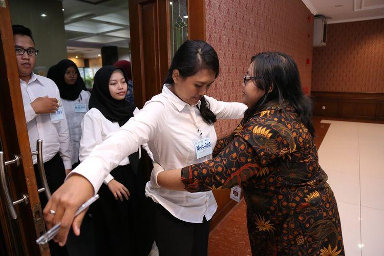 Peserta seleksi CPNS di Kementerian PANRB sebelum memasuki ruang tes