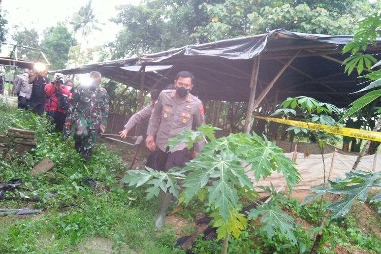 Kabid Humas Polda Lampung, Zahwani Pandra Arsyad dan Kabag Penum Divisi Humas Mabes Polri saat meninjau rumah tersangka Upik Lawanga di Lampung Tengah, Sabtu (19/12/2020)