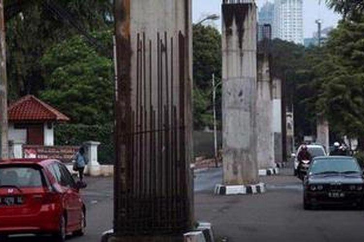 Tiang-tiang proyek monorel di Jalan Gelora, Jakarta Pusat, Minggu (24/3/2013). Pemerintah Provinsi DKI Jakarta menargetkan pembangunan fisik proyek MRT akan mulai dikerjakan dalam waktu satu bulan.
