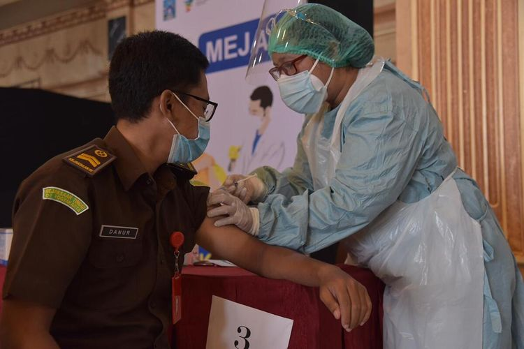 Proses vaksinasi massal ASN di Kabupaten Sleman. pelaksanaan vaksinasi ini digelar di Sleman City Hall (Foto dokumentasi Humas Pemkab Sleman).