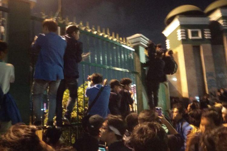 Massa pengunjuk rasa yang terdiri dari mahasiswa berbagai universitas memaksa masuk ke dalam gedung DPR, Senin (23/9/2019). Mereka menggoyang-goyangkan pagar besi yang menjulang tinggi agar pintu utama DPR itu jebol.
