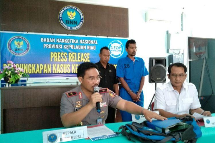 Kepala BNNP Kepri Richard Nainggolan didampingi Kabid Brantas Bubung Pramiadi menunjukkan sejumlah barang bukti dan tersangka M saat diamankan membawa 1,2 kg sabu asal Malaysia.